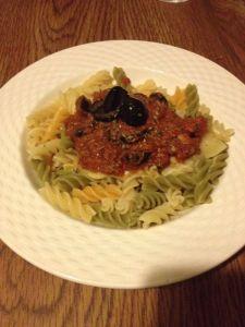 Receta: Tortiglioni tricolor con salsa de atún con aceitunas